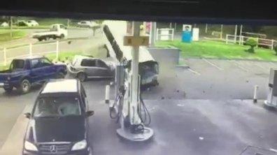 Insolite : un taxi fou détruit une voiture en Afrique du Sud
