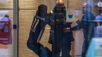 VIDEO - Il débarque à l'entraînement avec le maillot rival... le vigile lui interdit d'entrer