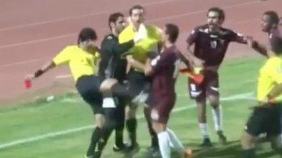 VIDEO Insolite: l'arbitre frappe les joueurs!
