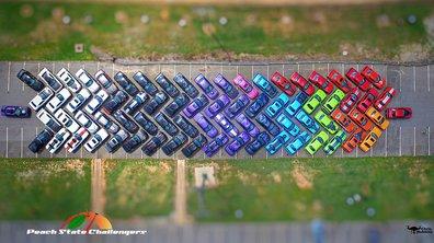 Un club de passionnés créé un arc-en-ciel avec des Dodge Challenger