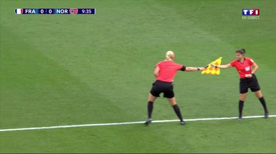 France - Norvège : L'arbitre assistante a un gros problème de... drapeau !