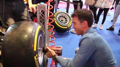Insolite Mondial Auto 2016 : Changer un pneu de F1, on a essayé !