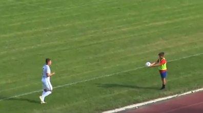 VIDEO - Un ramasseur de balle fait le show