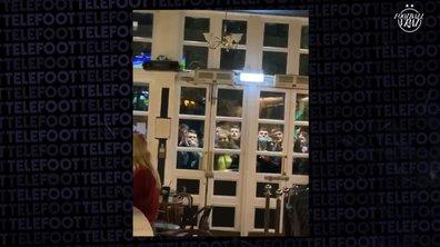 VIDEO - Ils supportent leur équipe... devant le bar où ils ont été virés