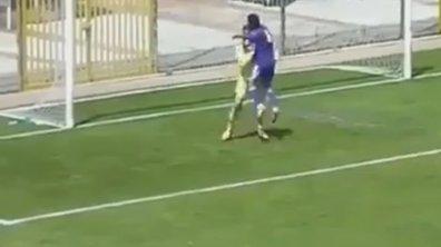 Vidéo insolite : Il inscrit le but contre son camp le plus ridicule de l'histoire en félicitant son gardien