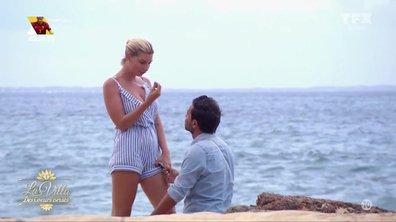 C'est l'amour à la plage - Yoni à GENOU, Nadège lui offre son « cœur »