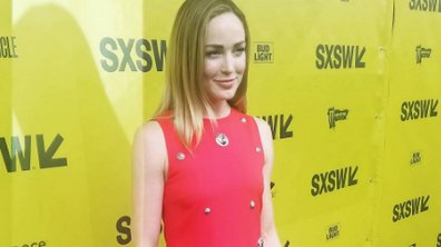 Arrow : Caity Lotz hyper lookée sur le Red Carpet !