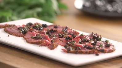 Carpaccio de bœuf au poivre et paprika aux olives noires.