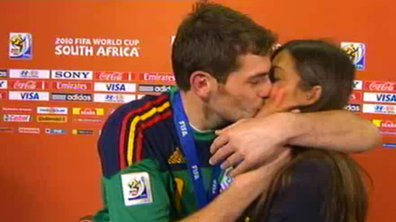 Insolite : Casillas embrasse Sara Carbonero en plein direct