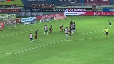 VIDEO - Un gardien donne la victoire à son équipe d'un coup franc magnifique