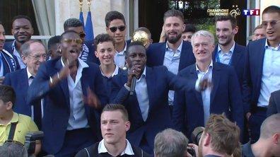 """Benjamin Mendy chante """"Ramenez la Coupe à la maison"""" à l'Elysée"""