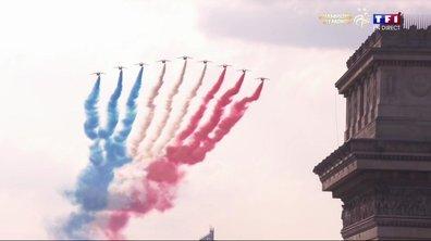 MAGNIFIQUE : La patrouille de France salue les Bleus sur les Champs-Elysées