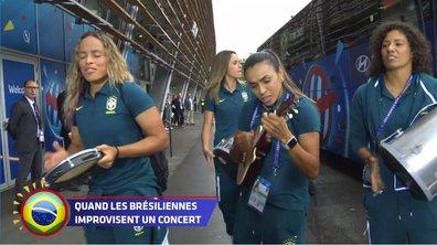 Les Brésiliennes arrivent au match avec leurs instruments de musique !