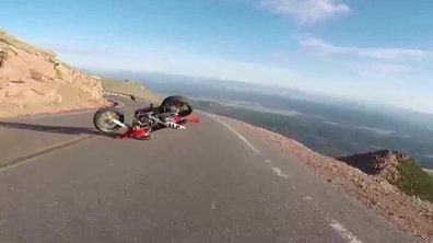 Insolite : la moto venue du ciel entraîne une chute à Pikes Peak !