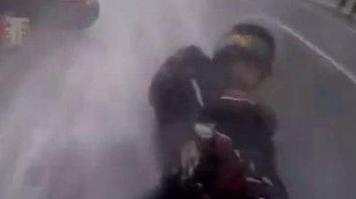 Vidéo Insolite : Il sauve sa copine lors d'une chute en moto