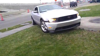 Insolite : il fait le beau mais crashe sa Ford Mustang