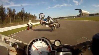 Insolite : un crash moto qui passe très, très près !