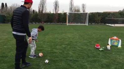 Insolite - Cristiano Ronaldo : le fiston tire déjà les coups francs comme papa