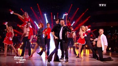 Les juges et la DALS Family performent sur « All I Want for Christmas is You » (Mariah Carey)