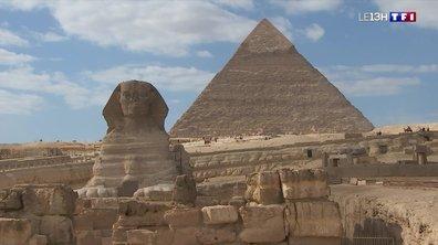 Egypte : des touristes au pied des pyramides et du célèbre sphinx