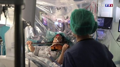 Elle joue du violon pendant son opération de tumeur au cerveau