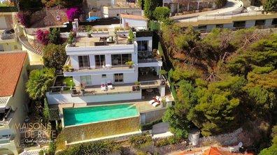 EXCLU - Visitez une villa moderne accrochée à la corniche