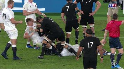 Angleterre - Nouvelle-Zélande (16 - 7) : Voir la gifle de Whitelock sur Farrell en vidéo