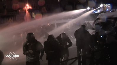 Floutage des policiers : que s'est-il passé devant l'Assemblée entre forces de l'ordre et manifestants ?