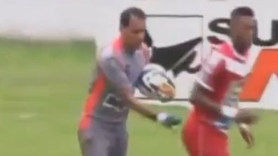 VIDEO Insolite: Il prend un rouge à cause d'une main aux fesses
