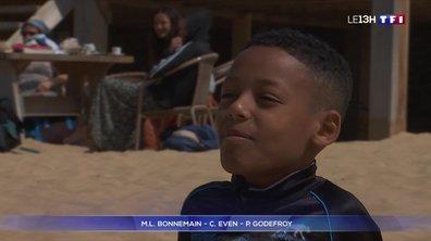 Grâce au Secours catholique, le petit Mohanad profite de ses vacances à la mer