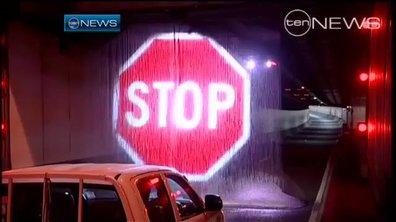 Insolite - Vidéo : un panneau projeté sur un rideau de pluie !