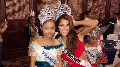 Iris Mittenaere prend la pose avec une mini-Miss dans les coulisses de Miss Univers