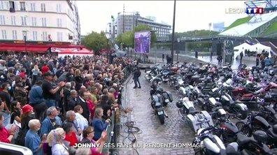 Journée d'hommages à Johnny Hallyday à Paris : ses fans au rendez-vous