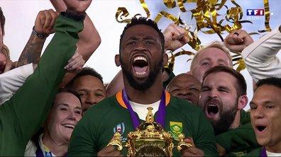 Le capitaine de l'Afrique du Sud Siya Kolisi soulève la Coupe Webb Ellis