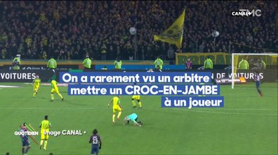 L'incroyable low kick de l'arbitre du match Nantes-PSG