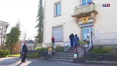 Les Issois font la queue aux guichets de La Poste pour toucher leurs allocations