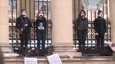 Loi Climat : les militants d'Extinction Rebellion s'enchaînent à l'Assemblée nationale
