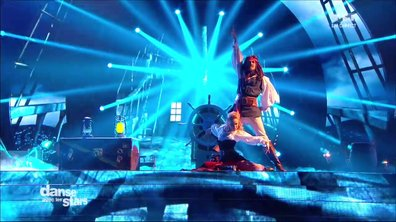 Maxime Dereymez et Emmanuelle Berne performent sur « He's a pirate » (Pirates des Caraïbes)