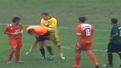 VIDEO Insolite : Un gardien tente de frapper l'arbitre !