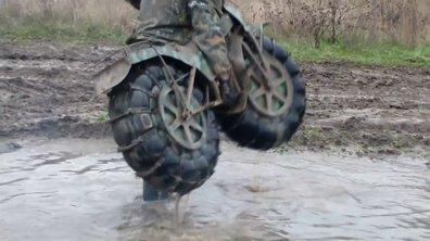 Insolite : une moto 2 roues motrices capable de tout franchir !