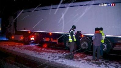 Neige en Bretagne : des routiers contraints de passer la nuit au bord de la route