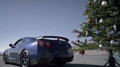 Une Nissan GT-R range les décorations de Noël