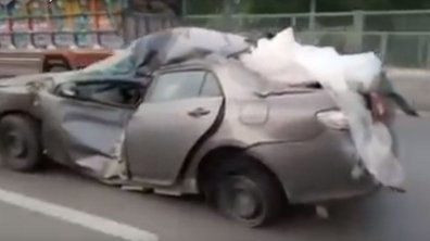 Au Pakistan, il roule dans une voiture totalement détruite