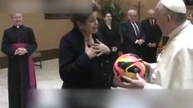 Insolite : le Pape reçoit un maillot du brésil dédicacé par Pelé !