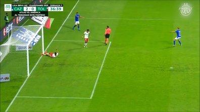 VIDEO - Il va marquer dans le but vide… mais l'arbitre détourne sa frappe !
