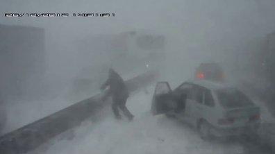 Pendant ce temps-là, en Russie : un camion joue au bowling dans le blizzard