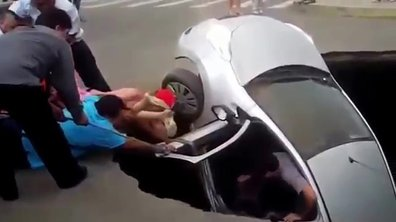 Insolite : une voiture happée dans un énorme trou, la famille sauvée