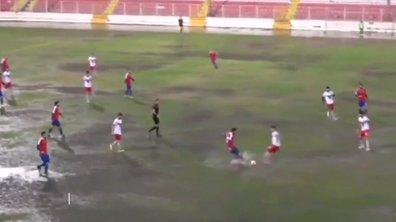 VIDEO - Un match incroyable sur une pelouse totalement injouable