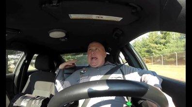 """Insolite : un policier reprend Taylor Swift """"Shake it off"""" au volant !"""