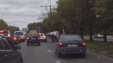 Vidéo : Trop pressé, il retourne sa Toyota Yaris